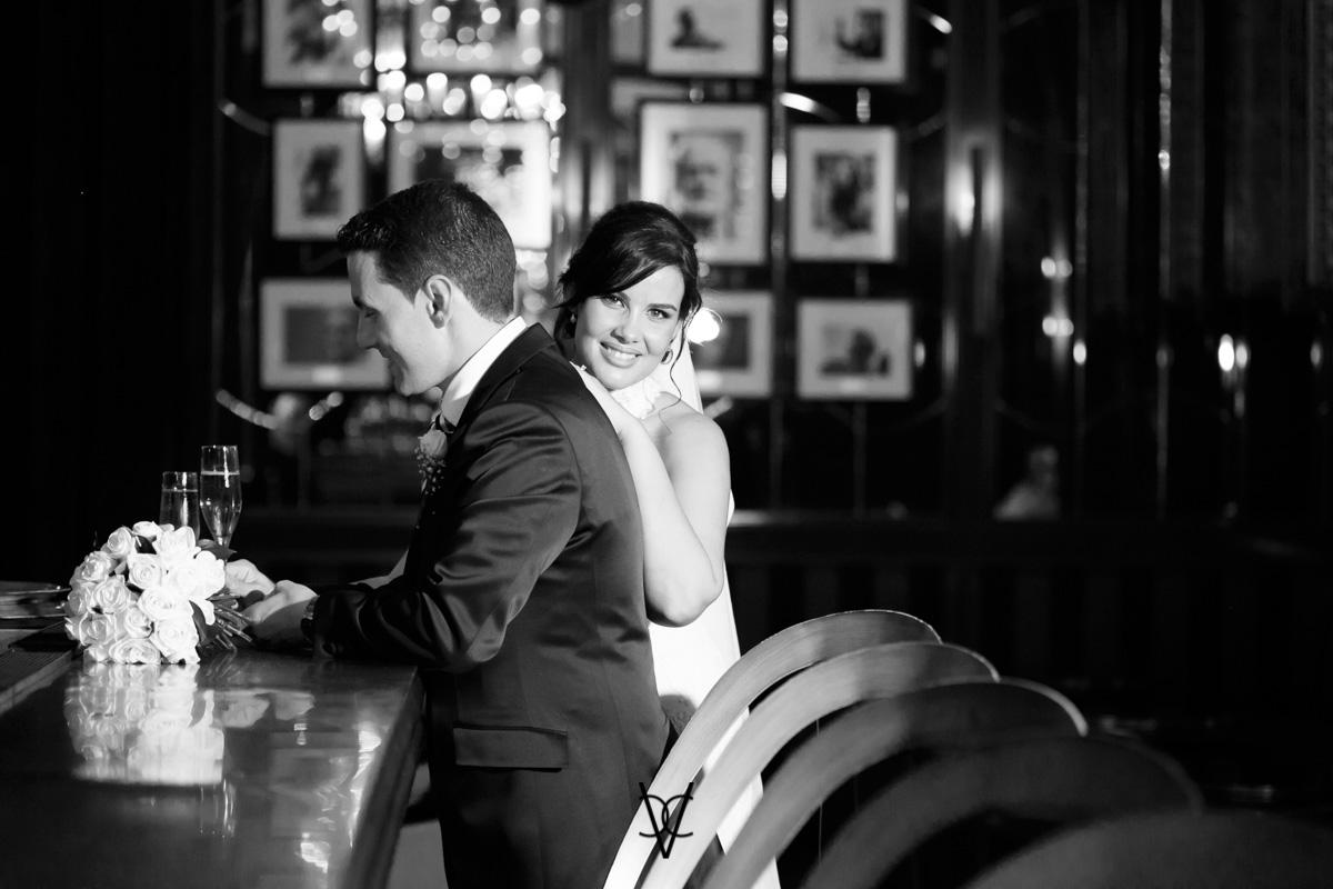 foto de los novios en barra bar Hotel Alfonso XIII fotógrafo boda Sevilla