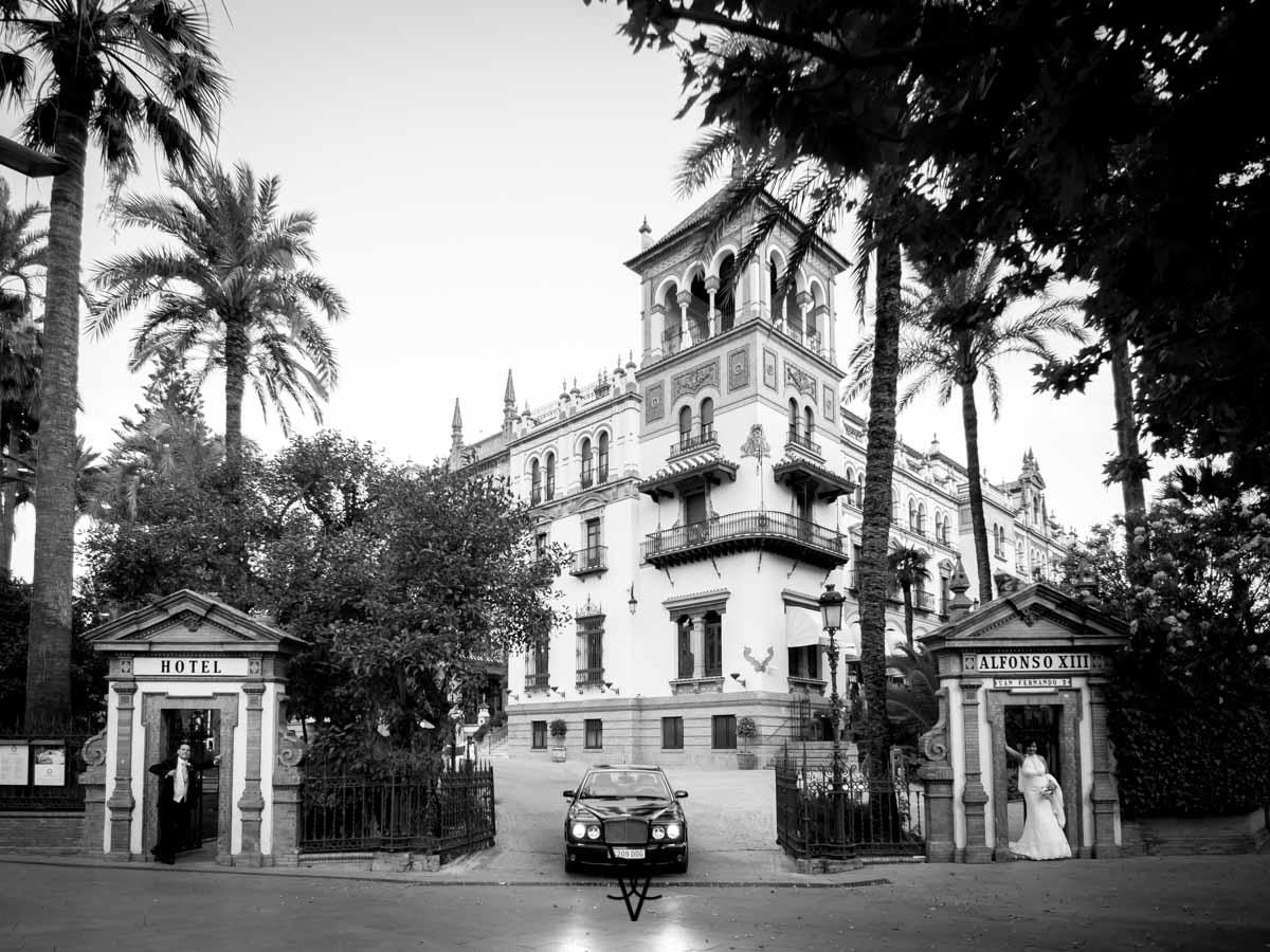 foto panorámica Hotel Alfonso XIII con novios y Jaguar