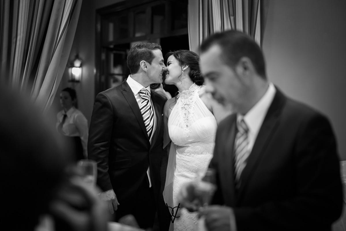 Foto robada de beso de los novios fotógrafos de bodas Sevilla