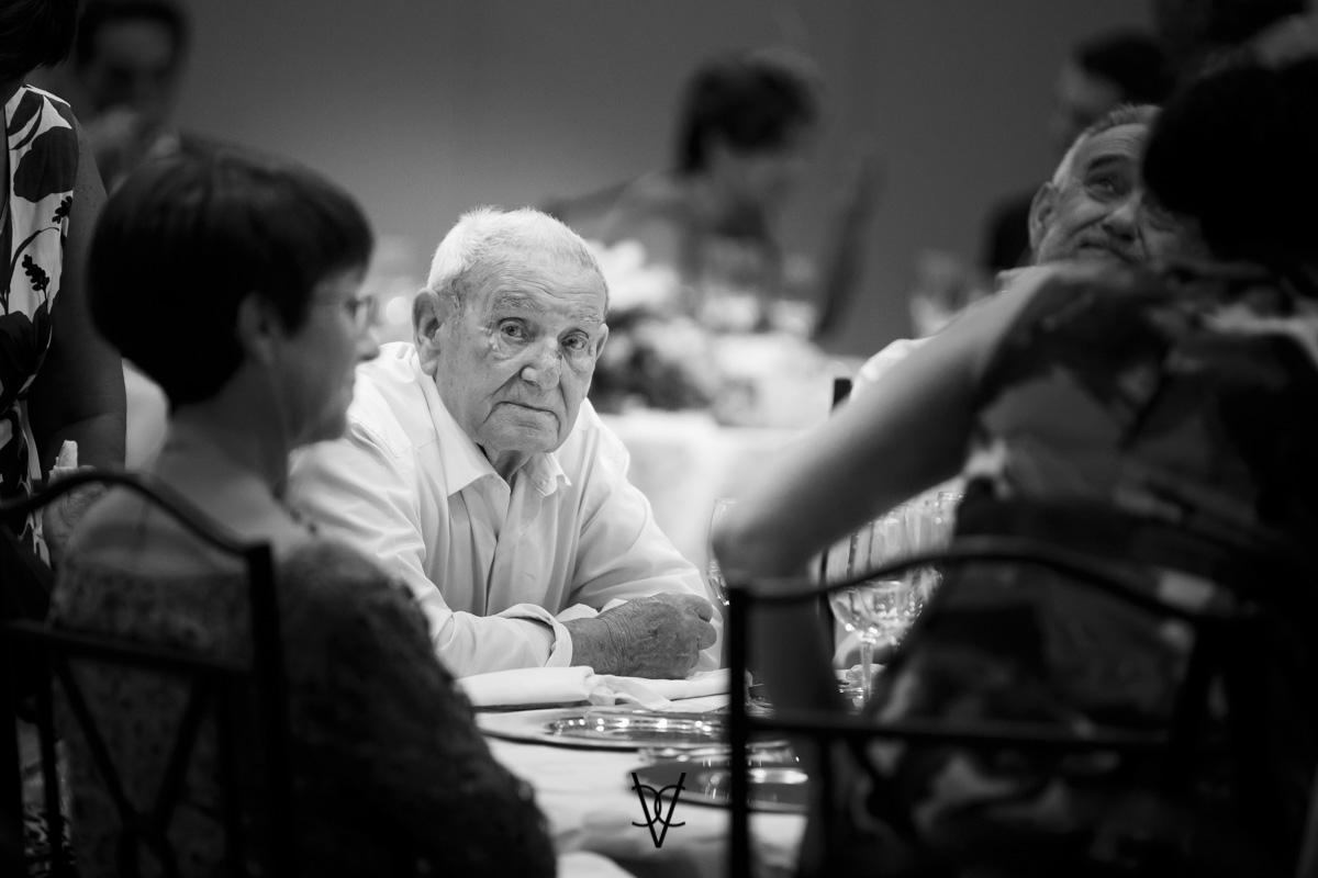 fotografía abuelo en el convite de la boda