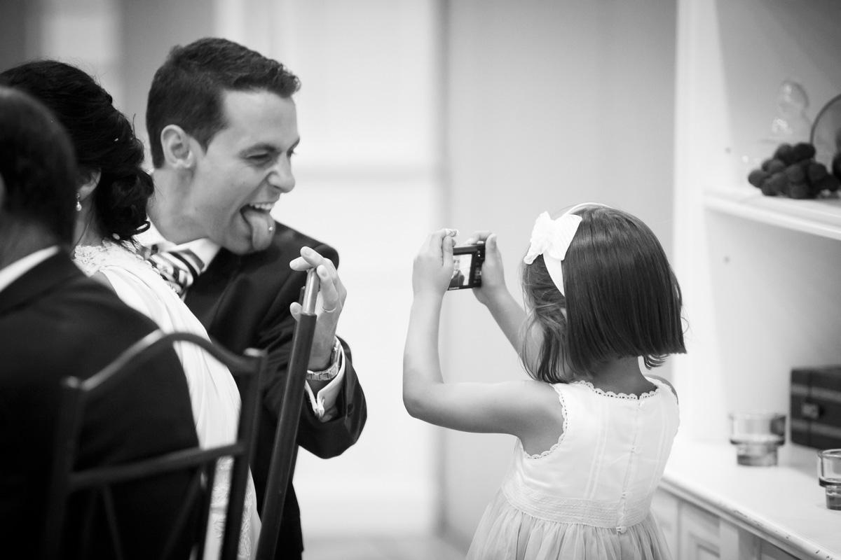 fotografía de niña fotografiando piercing novio